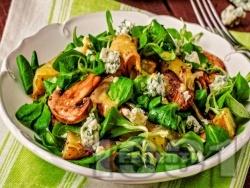 Салата с бейби спанак, гъби, слънчогледови семки, синьо сирене и дресинг с портокал, мед и горчица - снимка на рецептата